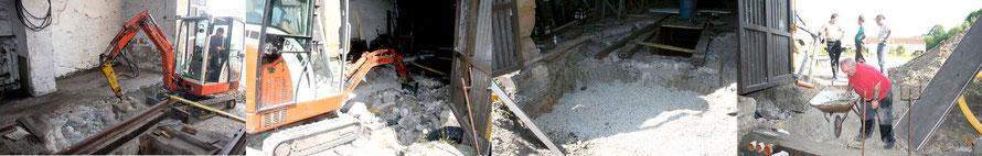 """Von links: Der alte Beton wird rausgemeißelt und rausgeräumt. Hier zeit sich, wie tief die Baugrube in der Toreinfahrt war, obwohl schon die erste Schotterschicht eingebracht ist. Rechts dann die erste """"Betonmauer"""" mit den Öffnungen für die Leerrohre."""