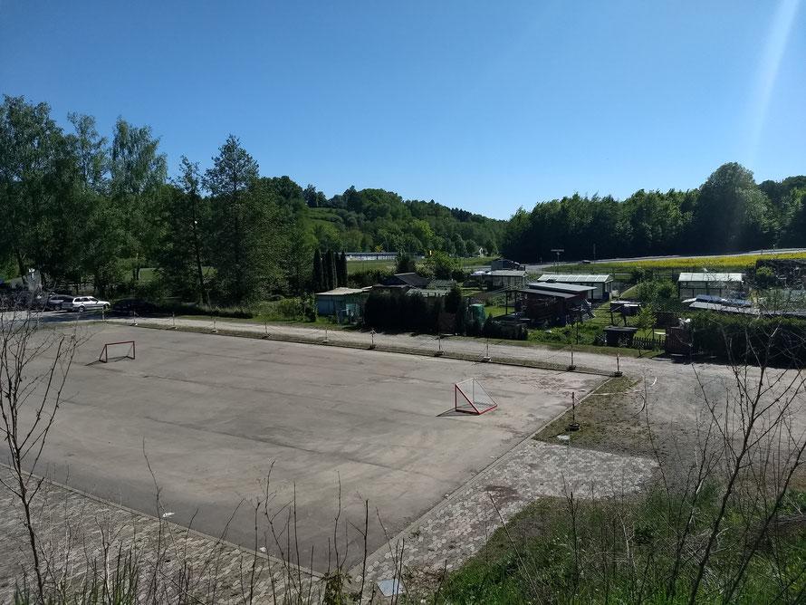 Festplatz des Bürgervereins. Im Winter kann man hier Eislaufen unter Flutlicht, Eishockey oder im Sommer Rollhockey spielen.