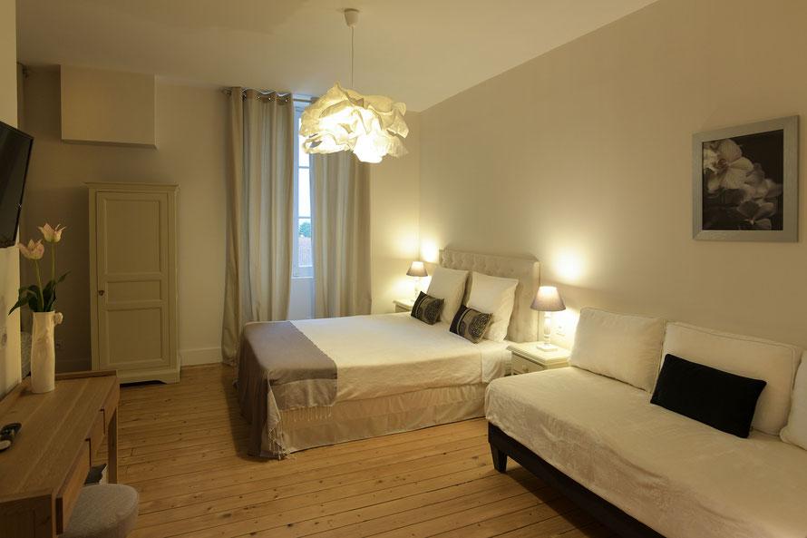 La chambre pinson est située au premier étage , c' est une suite familiale pouvant accueillir 4 personnes. Elle est équipée de sa propre salle d' eau et d' un wc indépendant ainsi que d' un lit king size, de deux lits 90x200, d' un écran plat ...