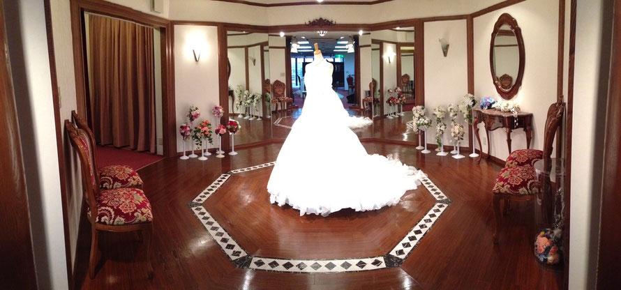 ブライダルサカエの豪華ウェディングドレスフィッティングルーム