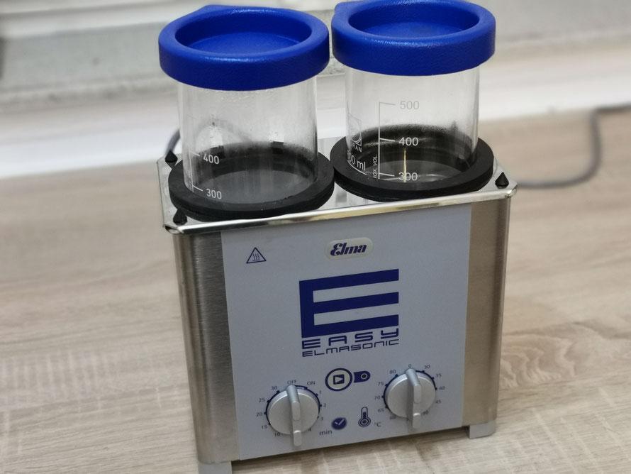 Ultraschallreinigungsgerät - Entfernt Verschmutzungen von Uhrengehäusen und Armbänder. Selbst kleine Schmutzpartikel können das Uhrwerk wieder zum stehen bringen.