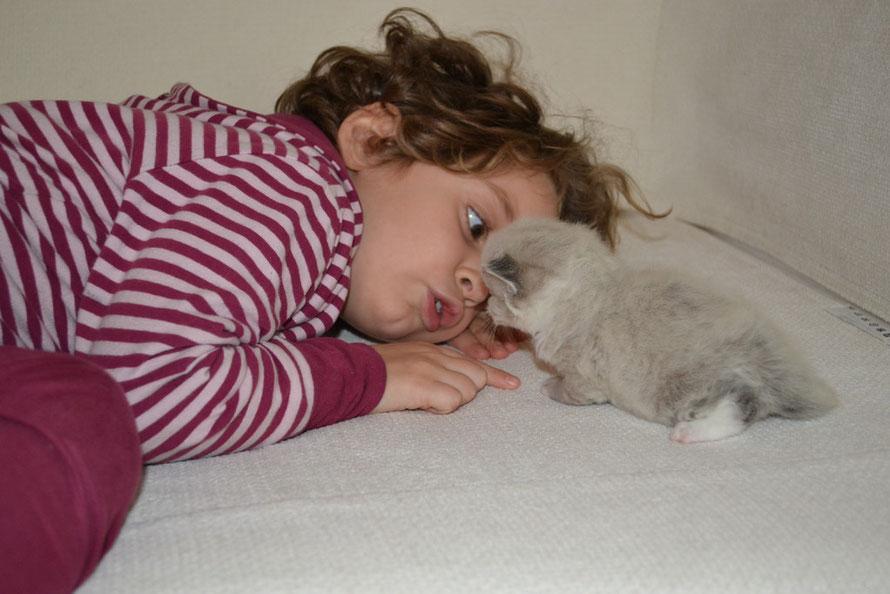 Giulia impegnata nella socializzazione dei cuccioli