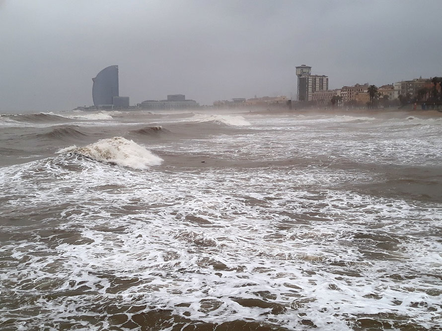 Шторм Глория унес песок с пляжей Барселоны