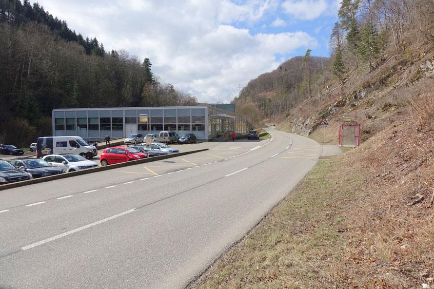Parkplatz der Schlossfabrik mit Postauto-Haltestelle