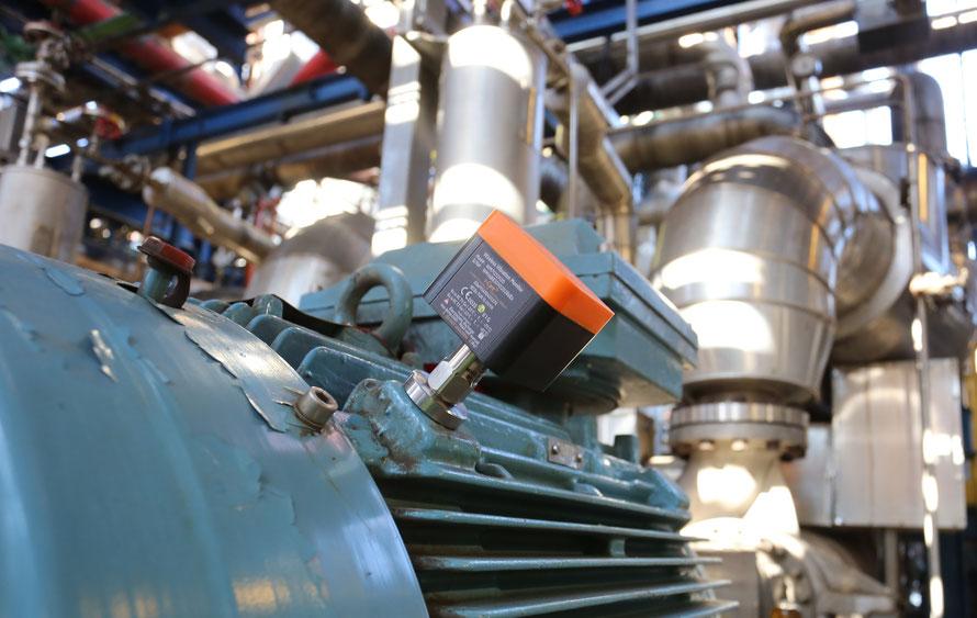 drahtlose Wi-Care-Überwachungseinheiten (Sensor, Dauermagnet, WLAN-Funksender, Batterie) zur Industrie-Schwingungsdiagnose im praktischen Einsatz