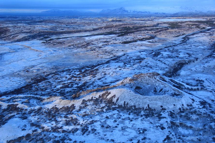 Vu d'en haut, ce cratère laisse paraître le couloir de lave qui s'est échappée lors de l'éruption