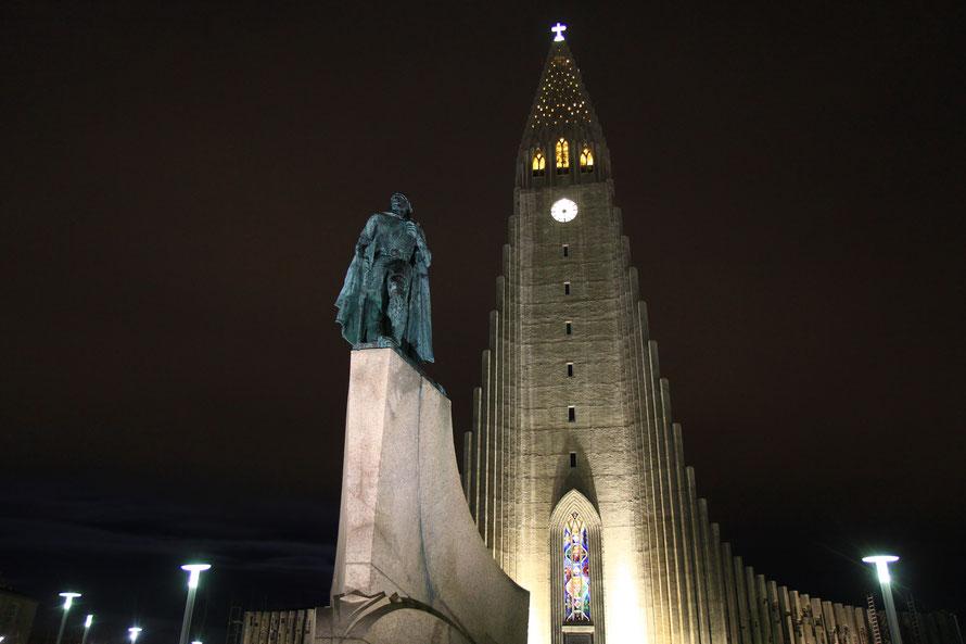 La statue est celle de Leifur Eiriksson, celui qui découvrit le Groenland