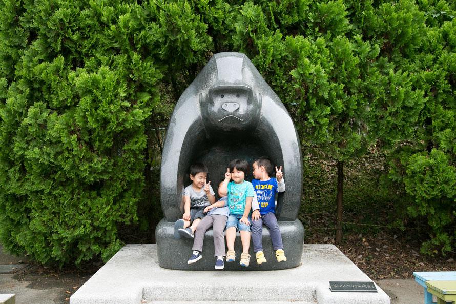 座れるゴリラの彫刻 中村信喬作 福岡市動物園