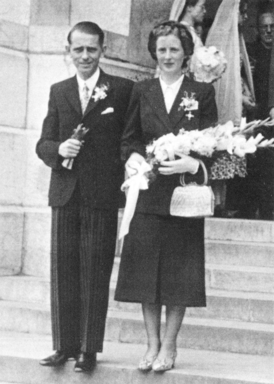 Henk Bemboom met zijn vrouw Hendrika Johanna Maria de Boer bij hun huwelijk op 22 juli 1950 in het Franse Lourdes…