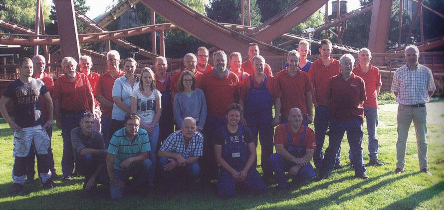 Technisch personeel van Attractie- en Vakantiepark Slagharen (2016) ter gelegenheid van de verwijdering van achtbaan 'Looping Star'. Nico van der Horst, 3e van links.
