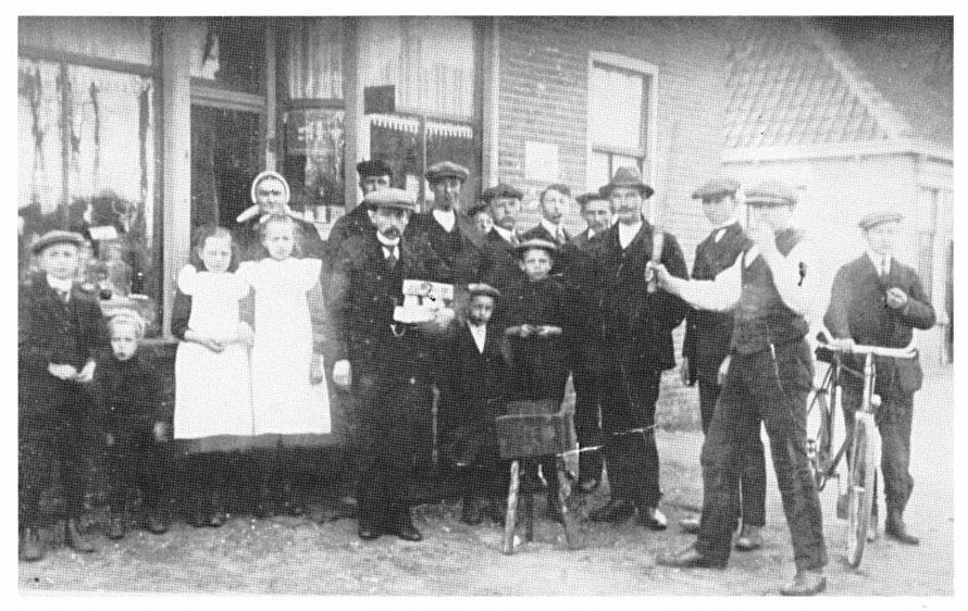 Op de foto: Jan Willem Bembom bedacht wedstrijden koekslaan. Daarmee konden zij geld verdienen. De koeken voor de wedstrijd werden geleverd door zijn broer, Gerard, die een bakkerszaak had. Willem trok publiek en leidde de wedstrijden. (Rond jaren 1920).