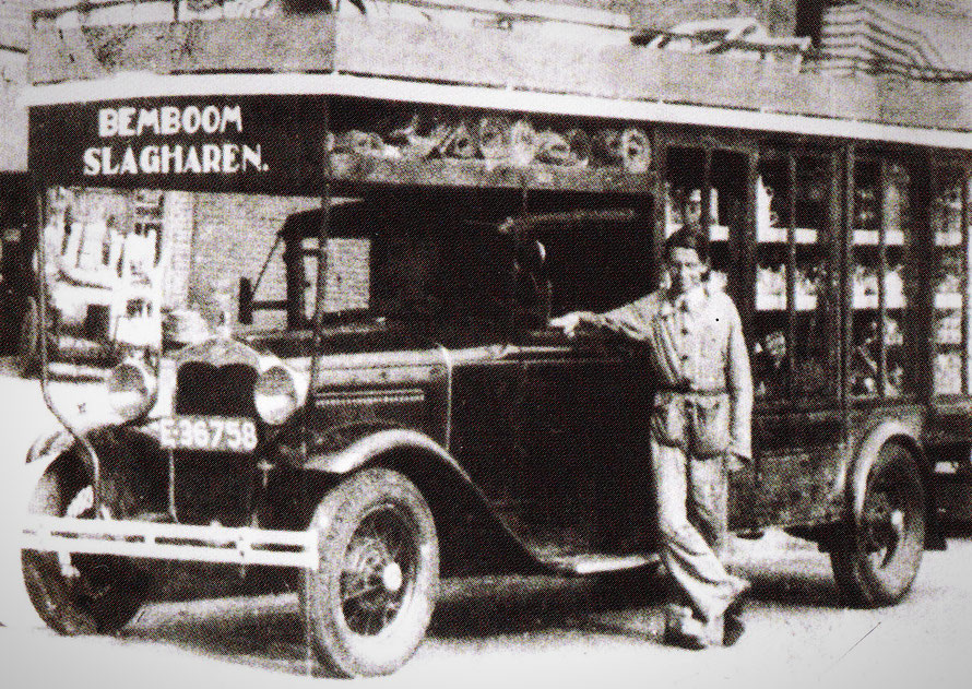 Henk Bemboom bij zijn gemotoriseerde marktwagen, waarmee hij als één van de eerste de markten afreed in de omgeving om als koopman zijn waren aan het publiek aan te brengen…