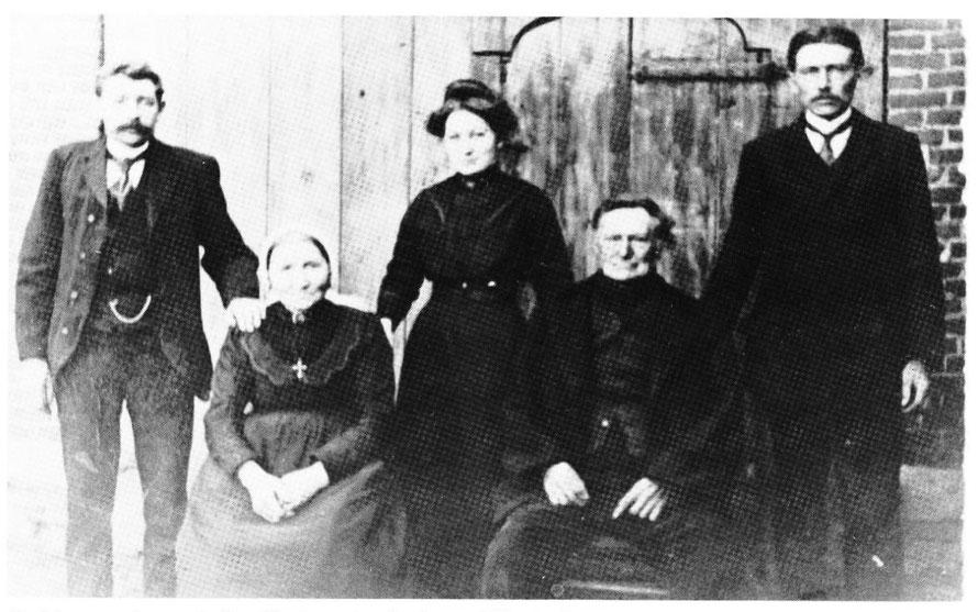 Op de foto: Gerard Bembom (staande), Adelheid Bembom (zittende: zij zou de oma worden van Henk Bembom), Anna Bembom (staand), Rieks Bembom zittend: hij zou de opa worden van Henk Bembom) en tot slot Jan Willem Bembom (staand: de vader van Henk Bemboom).