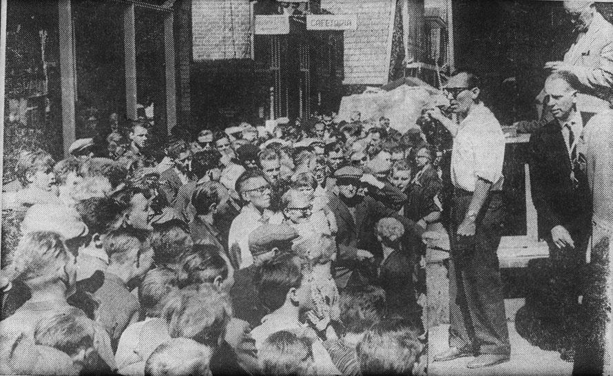 30 juli 1963, Duizenden bezoekers trok de allereerste 'Boeldag' in Slagharen, rechts op de foto Henk Bemboom (zwart pak).