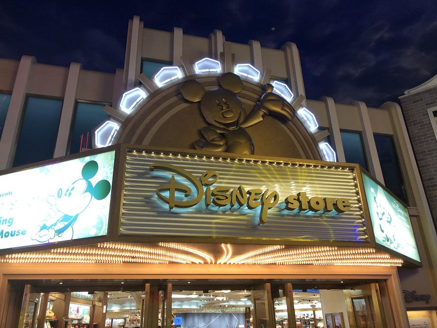 Im Ikspiari findest Du auch einen DisneyStore - Achtung: Merchandise ist teurer als im Park und die Tax kommen noch oben drauf.
