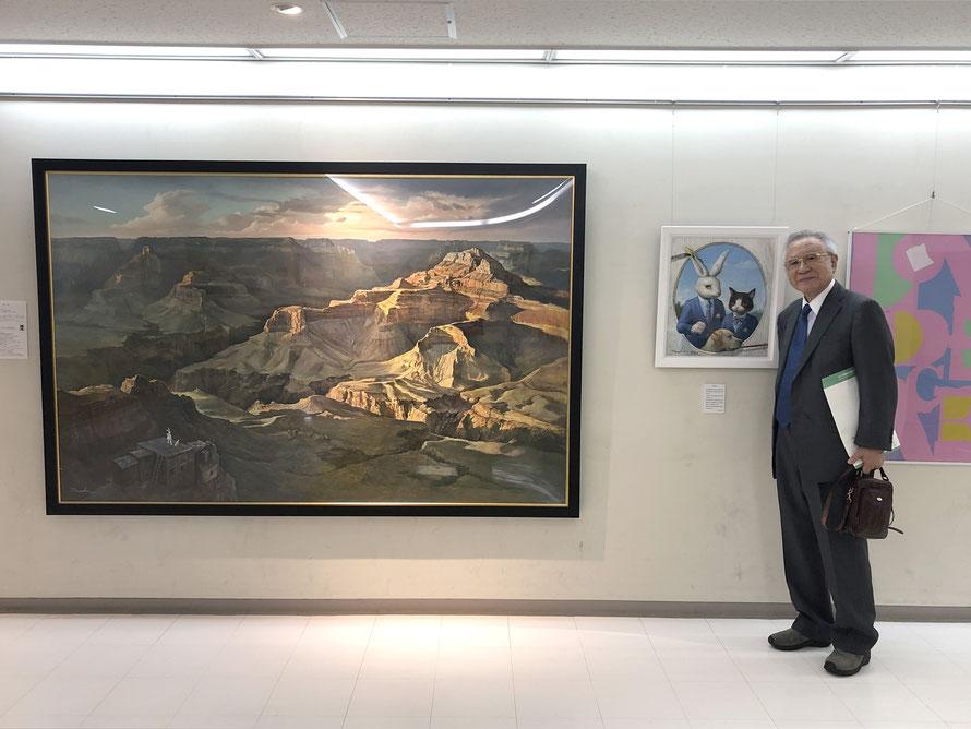 田村哲夫校長先生が記念写真を送って下さいました。作品は右が「自描自考」、左が「旅の空」です。