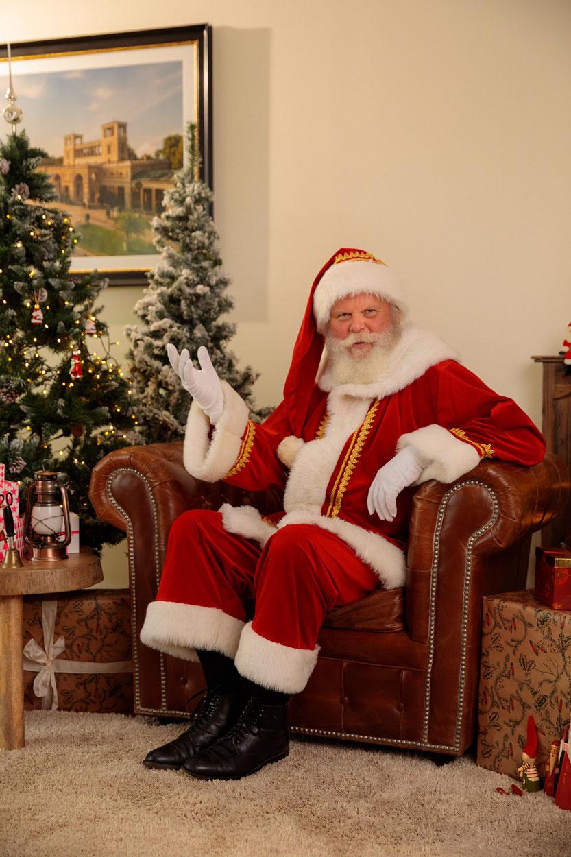 Ein fast echter Weihnachtsmann mit Bart gehört in Berlin zum Weihnachtsfest.