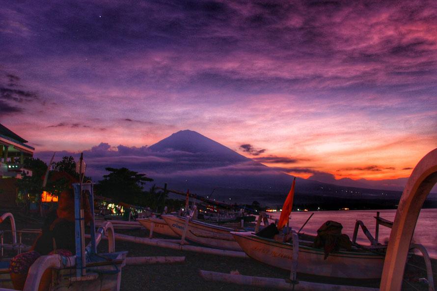HDR-Langzeitbelichtung des Mount Batur auf Bali, als wir am Strand saßen und zu Abendbrot aßen