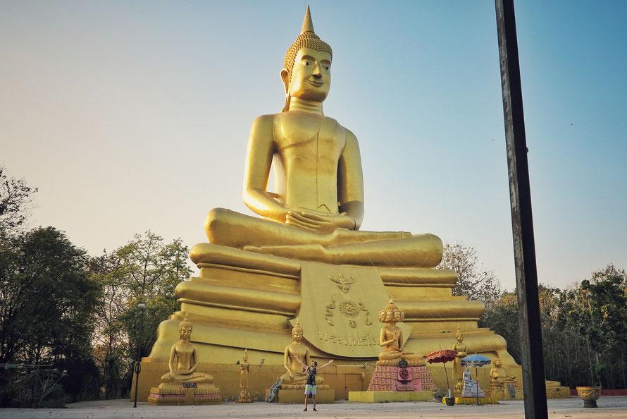 Ich habe nicht gemessen, aber dieser Buddha war mit Sicherheit 40 bis 50 Meter hoch