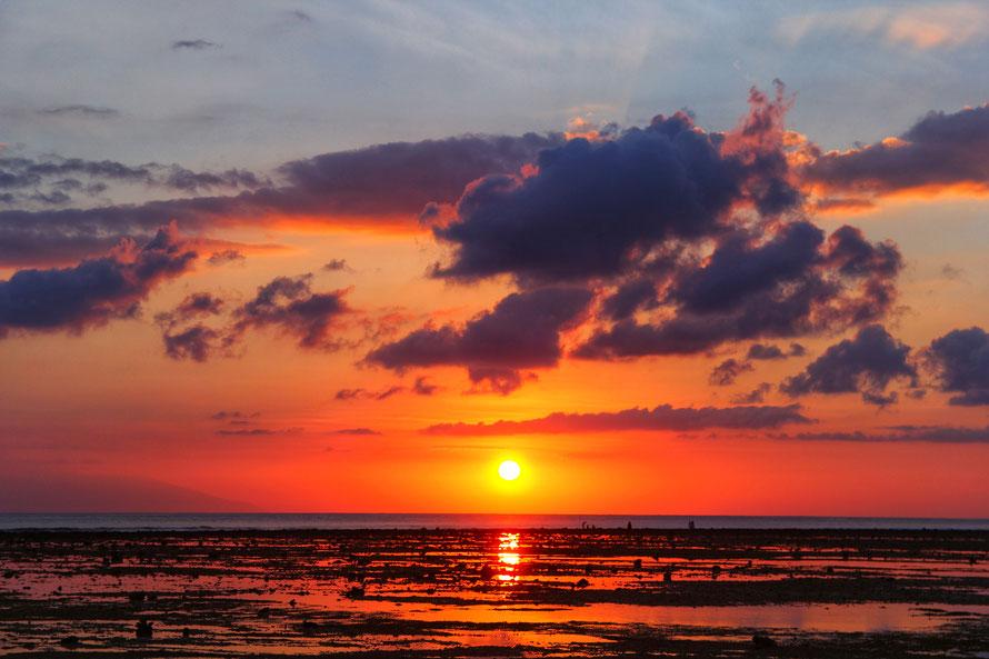 Sonnenuntergang auf Gili T, links leicht zu sehen: Bali