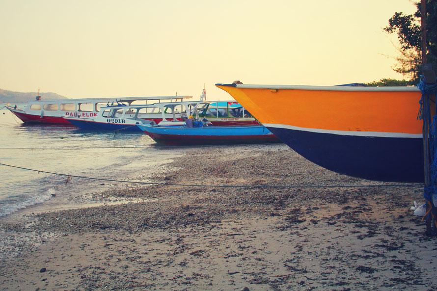 die typischen Langboote der Locals, bei hohen Wellen kippen die fast um, kosten aber auch nur 15.000IDR, also 1€.