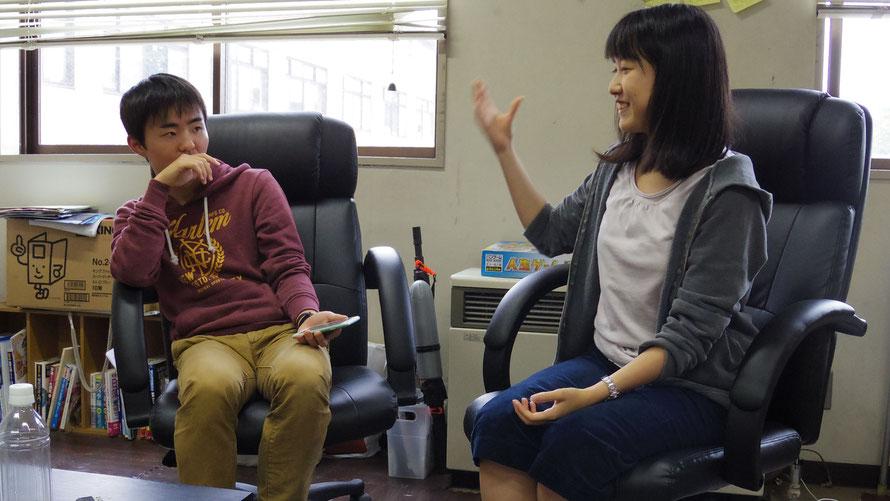 ▲左手に持ったスマホで高橋さん(写真右)をリモートコントロールする山本さん(写真左)。