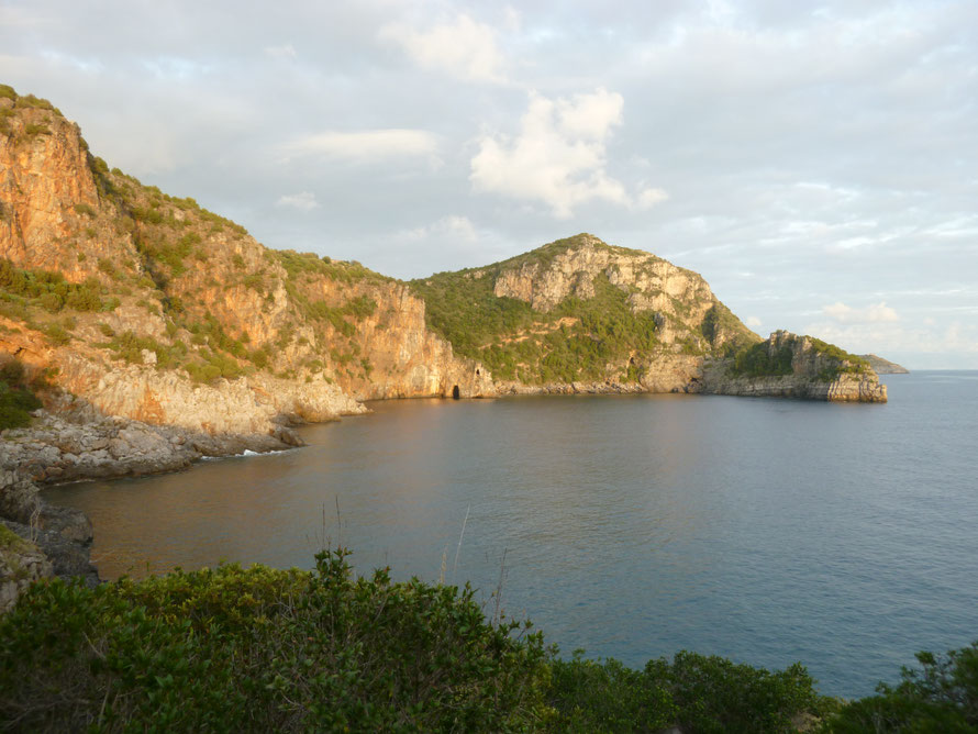 Cala Fortuna liegt nahe bei Marina di Camerota. Die Fisch reiche und von Seemöwen bewohnte Bucht ist über einen kurzen Wanderweg erreichbar. Idealer Ort für eine Kanufahrt oder zum Schnorcheln.