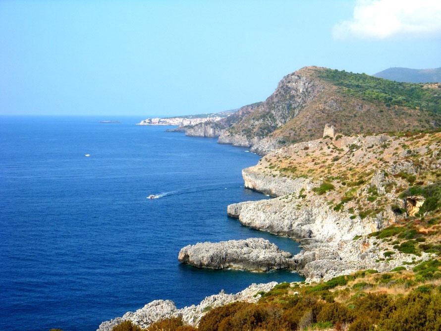 Wandern an der Küste des Cilento mit faszinierenden Aussichten auf Berge und Meer