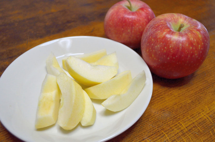 本日食べるリンゴ長果25 見た目は収穫したてと見間違います。味も良い。