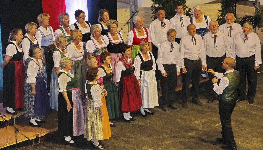 Die Singvereinigung Miesbach beim Großen Chorkonzert in der Oberlandhalle Miesbach unter Ltg. von Christoph Tonhauser