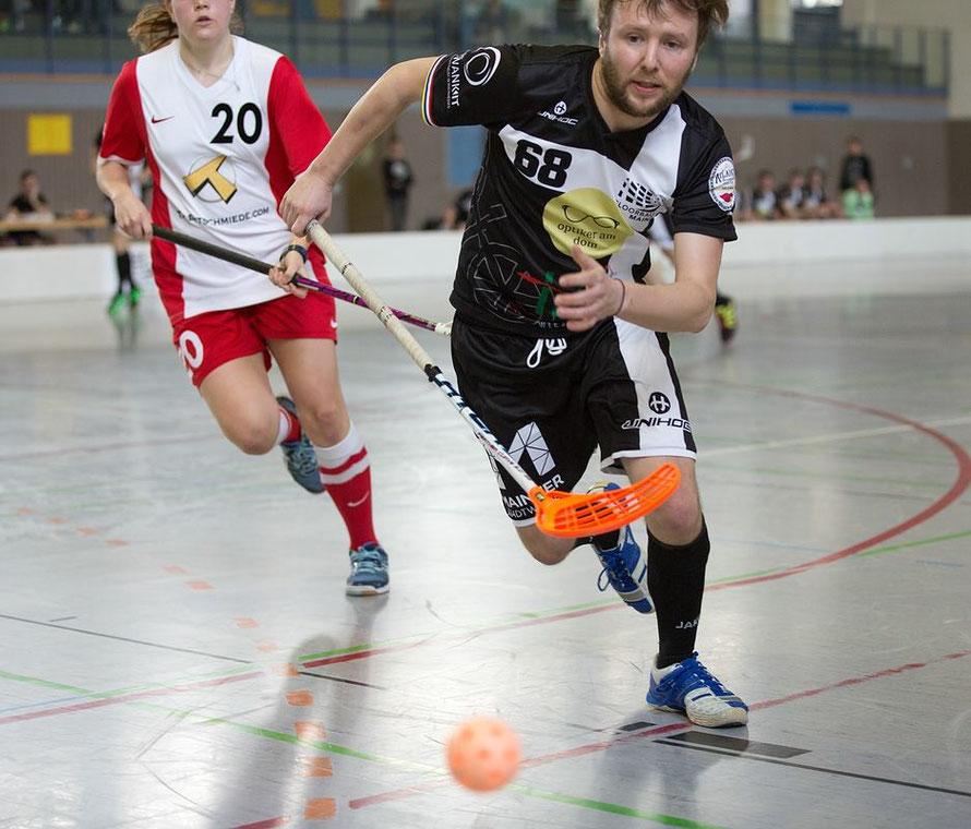 Floorball Mainz unterliegt Floorball Butzbach nach hartem Kampf. Dabei helfen Ailaike, Optiker am Dom und die Mainzer Stadtwerke AG.