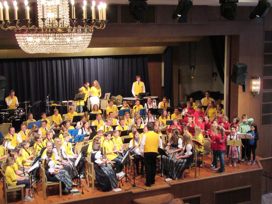 Frühlingsstimmen - Stadtkapelle, Jugendkapelle, Musikkids und Flötengruppe bilden ein MEGA-Orchester!