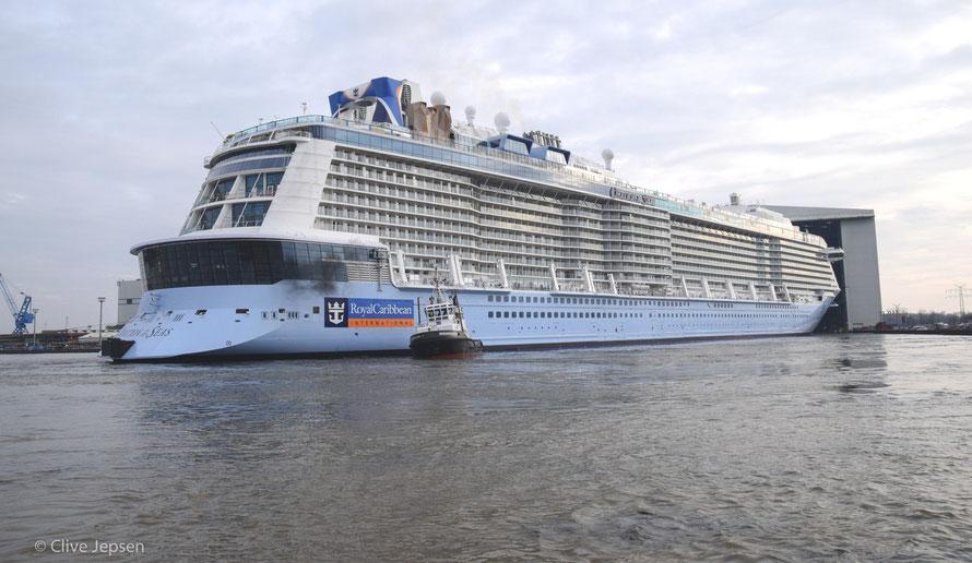 """Die """"Ovation of the seas"""" wird aus der Werfthalle gezogen. Bei der Meyer Werft in Papenburg"""