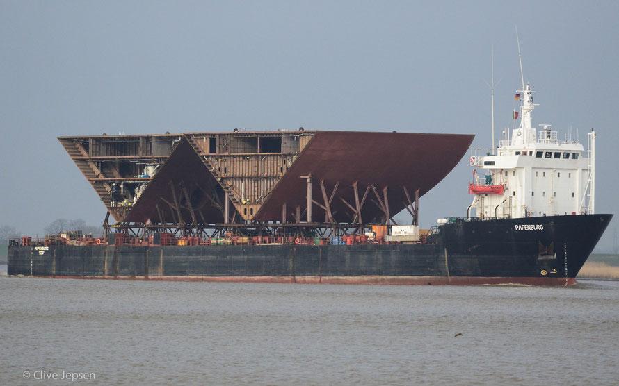 Schiff auf Schiff, eine schwere Fracht, diese Schiffsteile auf dem Deck.