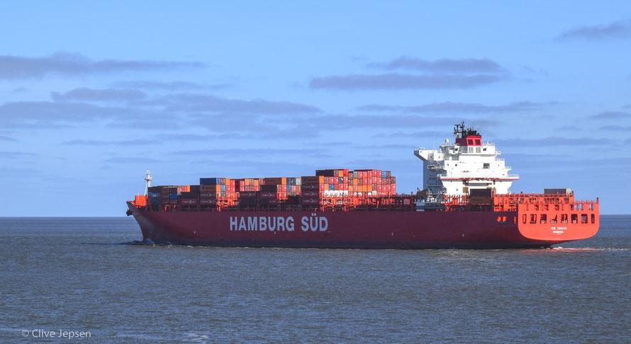 Es gibt größere Containerschiffe auf der Elbe, ich fand nur das Sonnenlicht so schön.