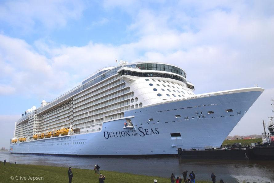 Die Ovation of the Seas fährt die Ems hoch zur Nordsee.