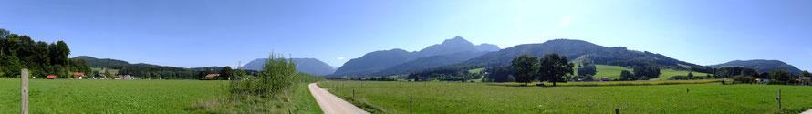 Blick von Anger im Berchtesgadener Land Richtung Anger-Aufham, Staufen, Untersberg und Zwiesel