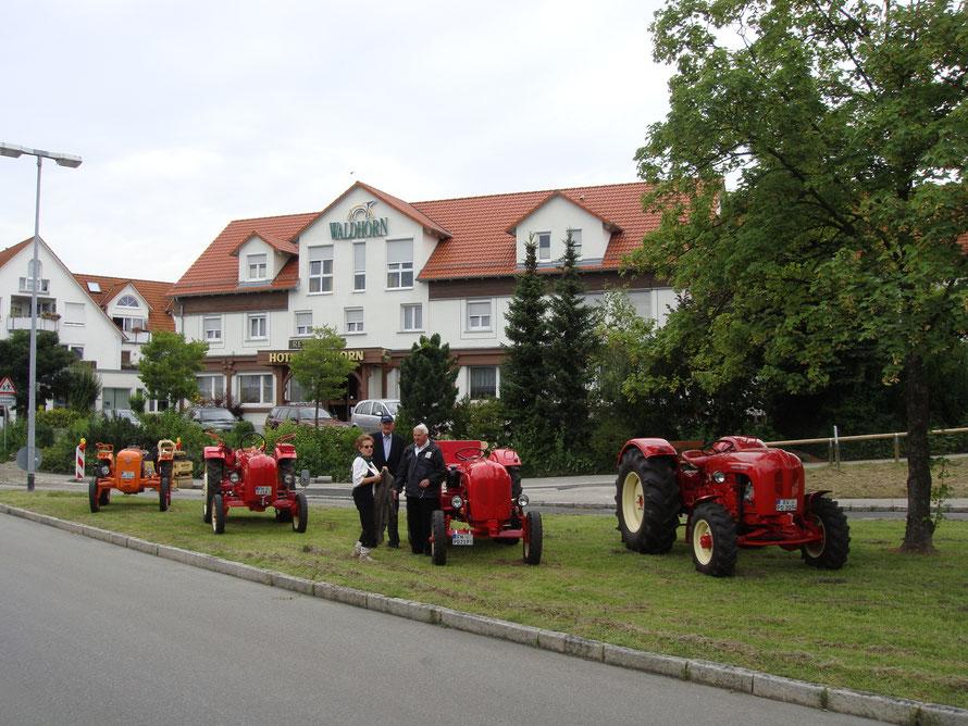 2009: Vor dem Waldhorn in Manzell (Im Bild Annemarie und Josef Meschenmoser, in der Mitte Paul Hensler)