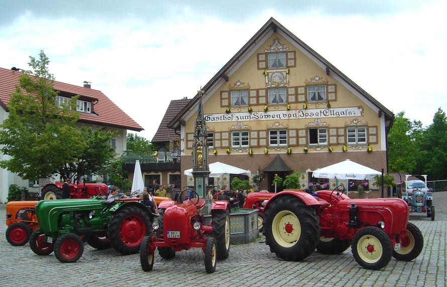 Porsche Traktor Treffen auf dem Dorfplatz in Eglofs