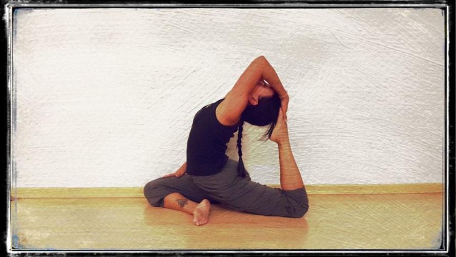 happy dank Yoga. Tigress Yoga, die Symbiose von Power Vinyasa Yoga &  Kung Fu. Ideal für sportliche Anfänger. Yoga Ausbildungen & Weiterbildungen für Yogalehrer, Physiotherapeuten & Sportprofis.  In Zürich Oerlikon.