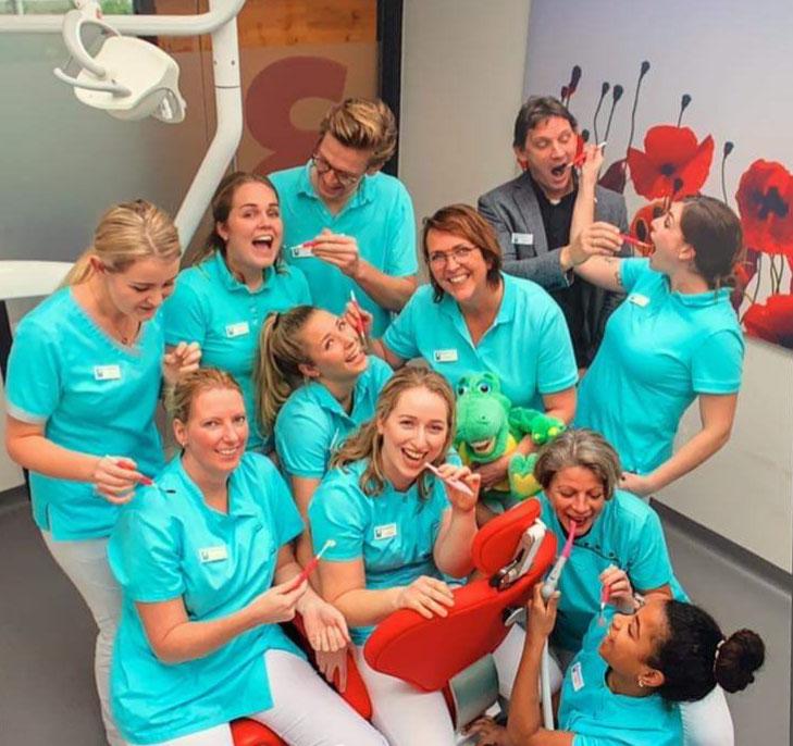 Het team van tandartspraktijk Ria van der Meer in Surhuisterveen