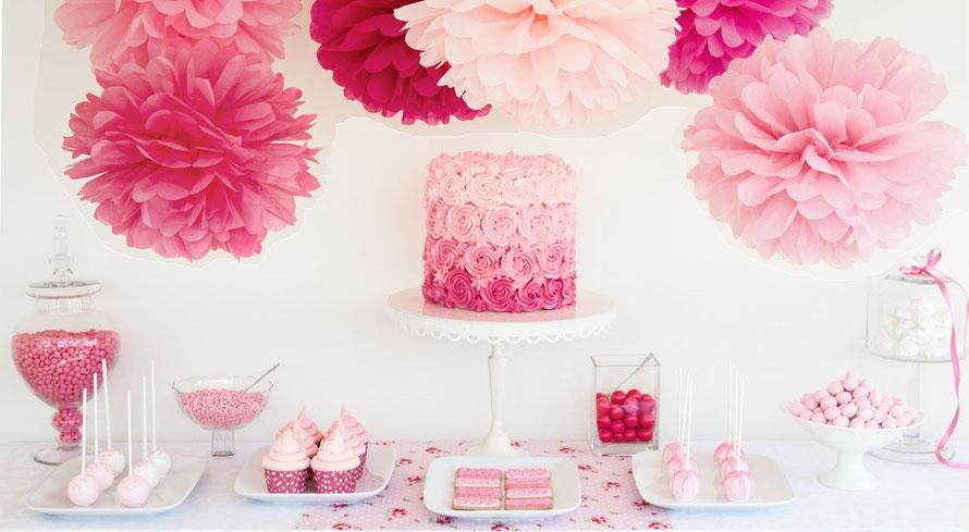 Bild: Sweet Table mit leckeren Köstlichkeiten und wunderhübscher Pom Poms Deko
