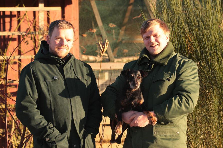 Harald Müller links, Klaus Müller mit Hund Änni rechts