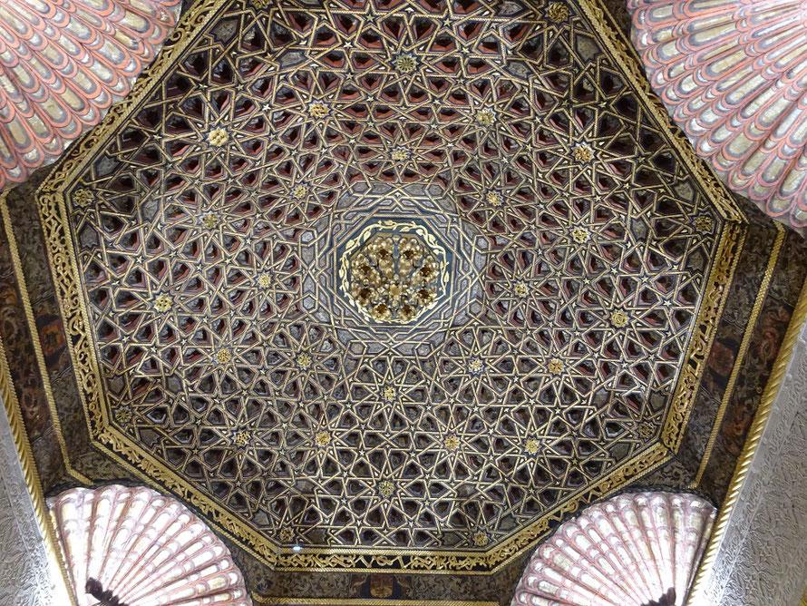 Le plafond du XVe siècle de style mudejar du salon oriental  provient d'un palais de Tolède. La reconstitution de ce plafond fait de 3600 pièces demanda un an de travail.