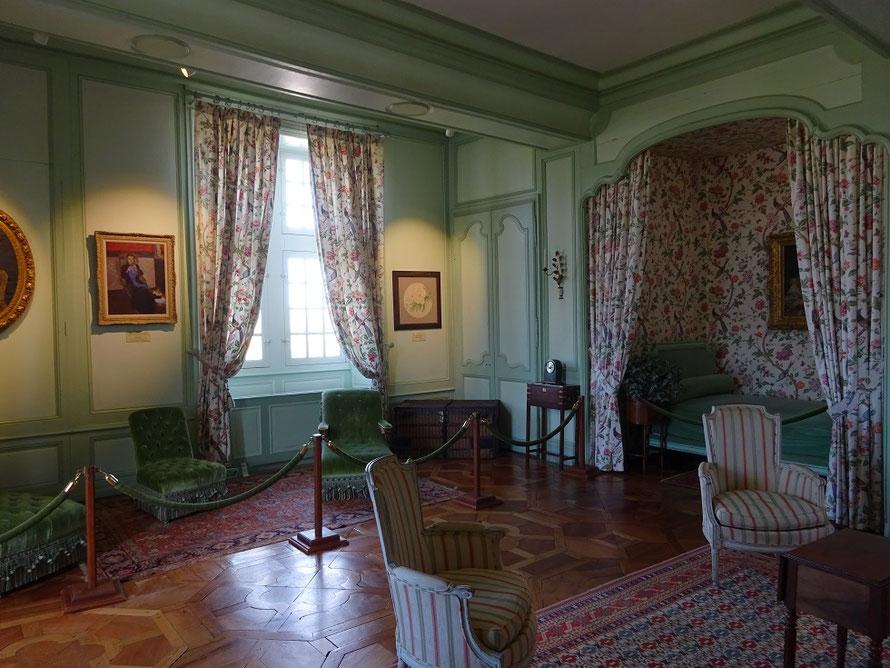 La chambre des douves qui était celle d'Ann Coleman, la femme de Joachim Carvallo. Au mur des tableaux représentent leurs enfants.