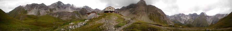 Panoramabild vom Etappenziel des 2. Tages: Die Memminger Hütte auf 2242 m