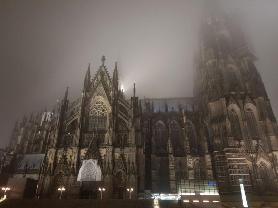 Abschiedsbild vom Kölner Dom im Morgennebel am Montag, dem Tag 1 nach der RPC