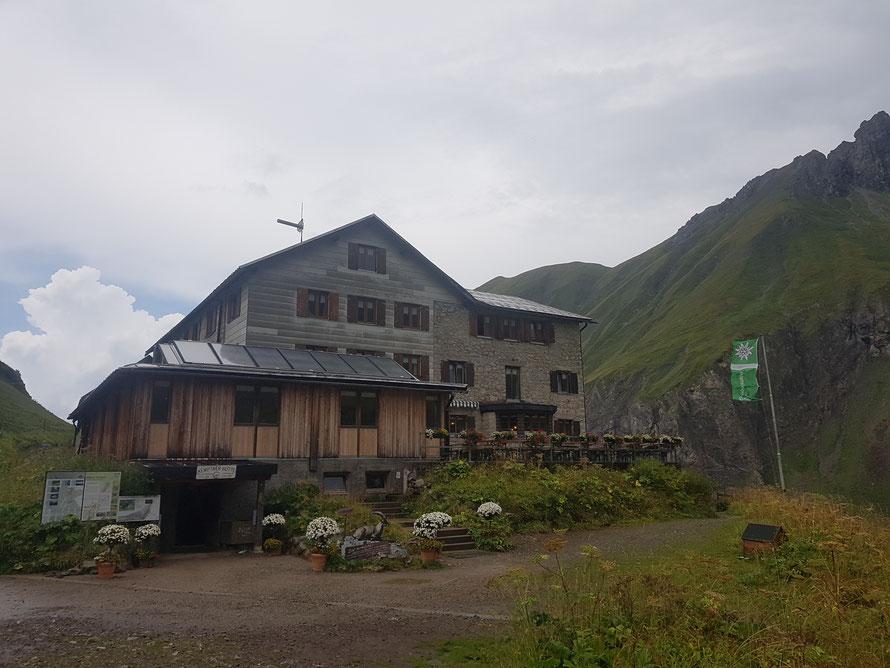 Ein willkommener Anblick: Die Kemptner Hütte auf 1844 m