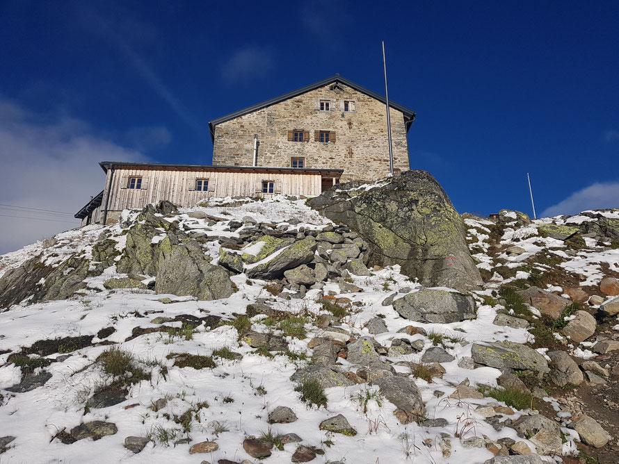Das Ziel der vierten Tagesetappe: Die in Schnee getauchte Braunschweiger Hütte auf 2759 m
