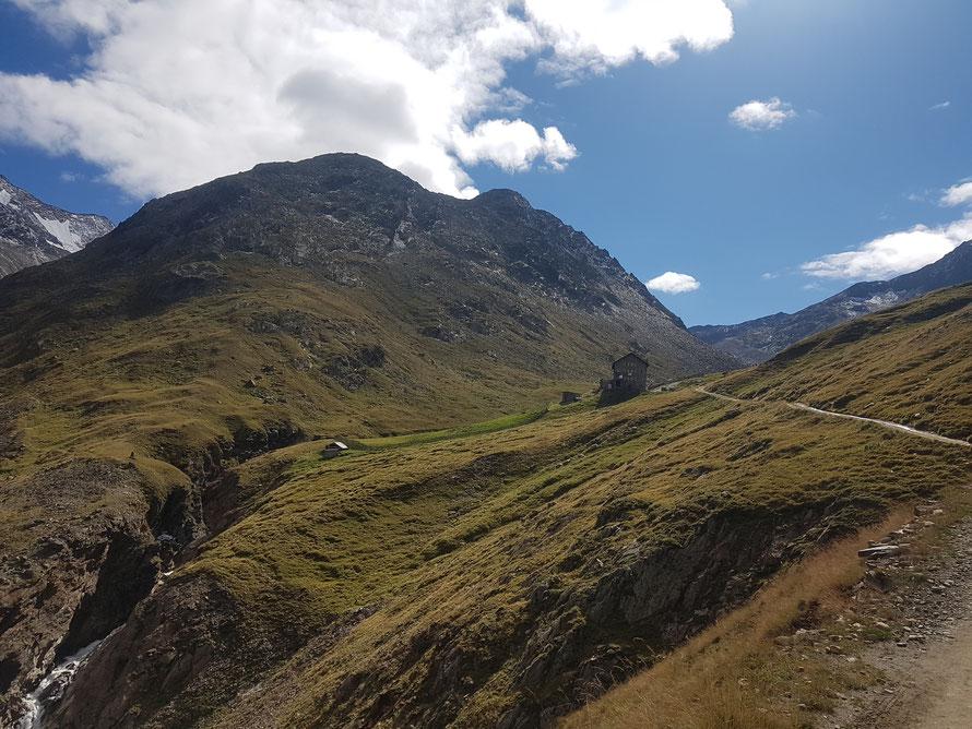 Das Ziel der vorletzten Etappe des E5 fest im Blick: Die Martin-Busch-Hütte auf 2501 m
